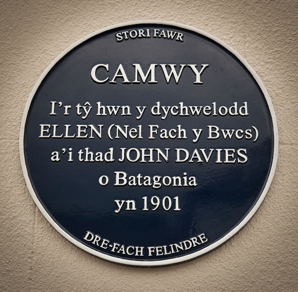 photo of memorial to Nel Fach y Bwcs: house is Camwy